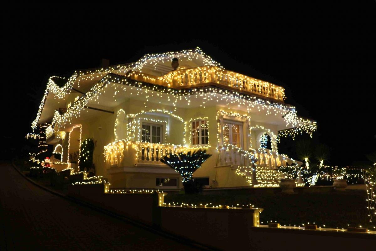 La casa illuminata che incanta i passanti e non solo for Immagini di casa