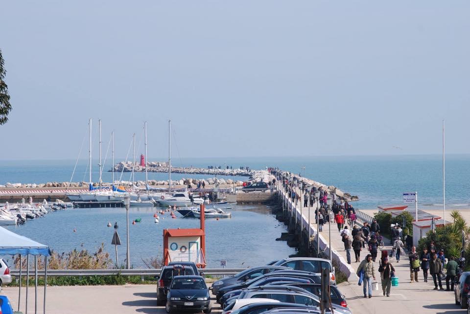 Domenica di passeggio sul molo sud del porto, foto di Luciano Vincenzo Bolletta.