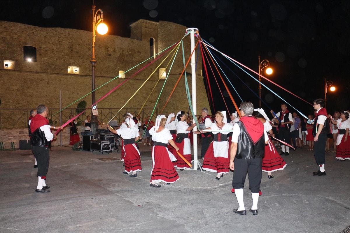 Il coro dell'Associazione Culturale San Leonardo il ballo del palo
