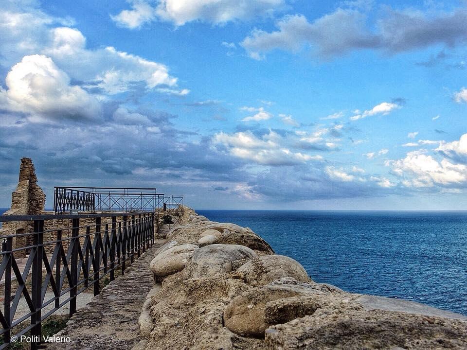 Vista del mare dal Castello Aragonese di Valerio Politi