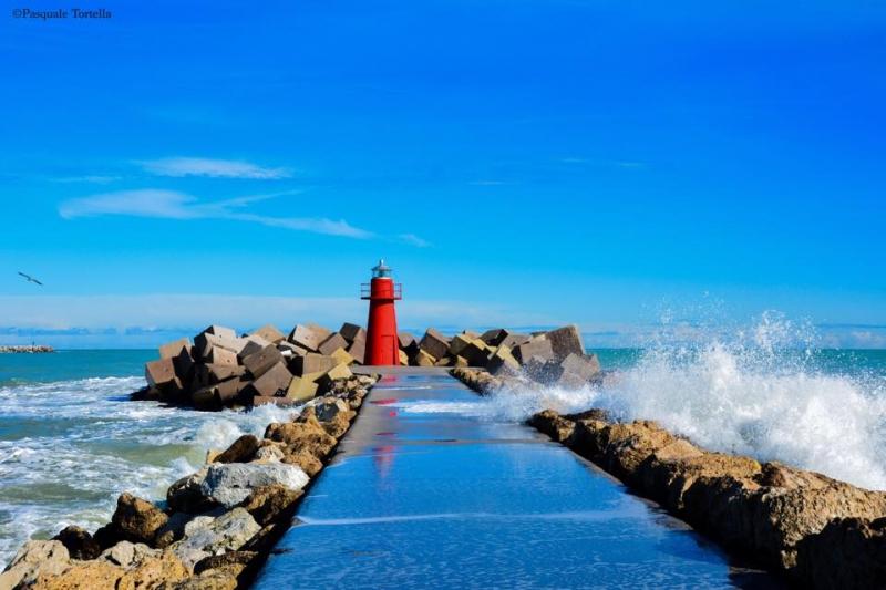 Foto di Pasquale Tortella: onda sul molo sud del porto